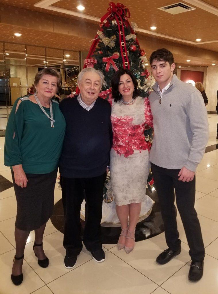 Анатолий и Зинаида Рохваргер справляют новый год с дочкой Тиной и внуком Джеффри (Фима)