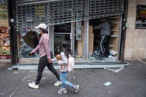 Разграбленный, уничтоженный бизнес — Burnside Avenue, Бронкс, Нью-Йорк. 2 июня 2020 г. Michael Appleton/Mayoral Photography Office