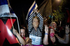 Герои митинга против Нетаниягу... Фото: Оливер Фитуси и Йонатан Зиндель. Flash90