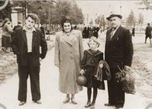 Вася Аксенов, Евгения Гинзбург, сестра Тоня и Антон Вальтер. Парк им. Горького. Магадан (1952 г.)