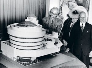 Frank Lloyd Wright, Hilla Rebay, Solomon Guggenheim у макета музея