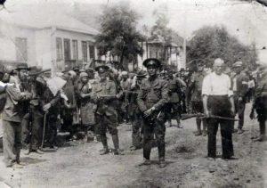 Румынские полицейские и местные коллаборанты конвоируют евреев в Ямполе