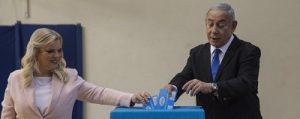 Голосует чета Нетаниягу. Фото: img.tsn.ua