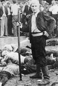 Один из убийц во время погрома в Гараже «Летукис»