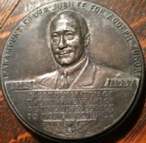 Памятный знак в честь заслуг Адольфа Цукора в развитии киноиндустрии. yandex.com/images