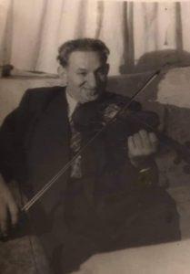 Деда Нохим играет на скрипке