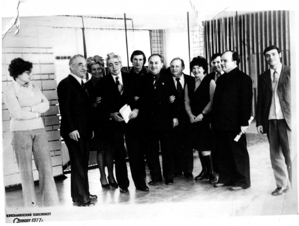 Дядя Коля (в центре, второй от Райкина вправо) с Аркадием Исаковичем и его театром