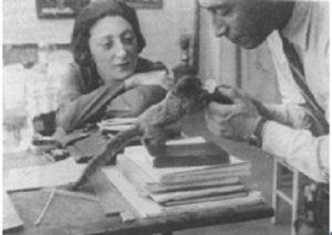 Н. И. Альтман с Л. М. Козинцевой-Эренбург и обезьяной Федькой. Париж. 1928. Фото И. Эренбурга