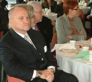 Комиссар полиции Нью-Йорка Рэй Келли (Ray Kelly) на завтраке COJECO. Справа от него- Эдди Гольдберг(Eddie Goldberg) - помощник Арманда Хаммера в 70-е годы