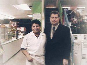 """Два """"политикос"""", выходцы из """"Фанорамы"""". Пицца-мен Виктор Палета Хернандез стал в 2014 году мэром Puebla City в предместьях Mexico City."""