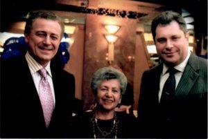 С боевой соратницей Фирой Стикельман и Республиканским кандидатом 2001 года Олегом Гутником.