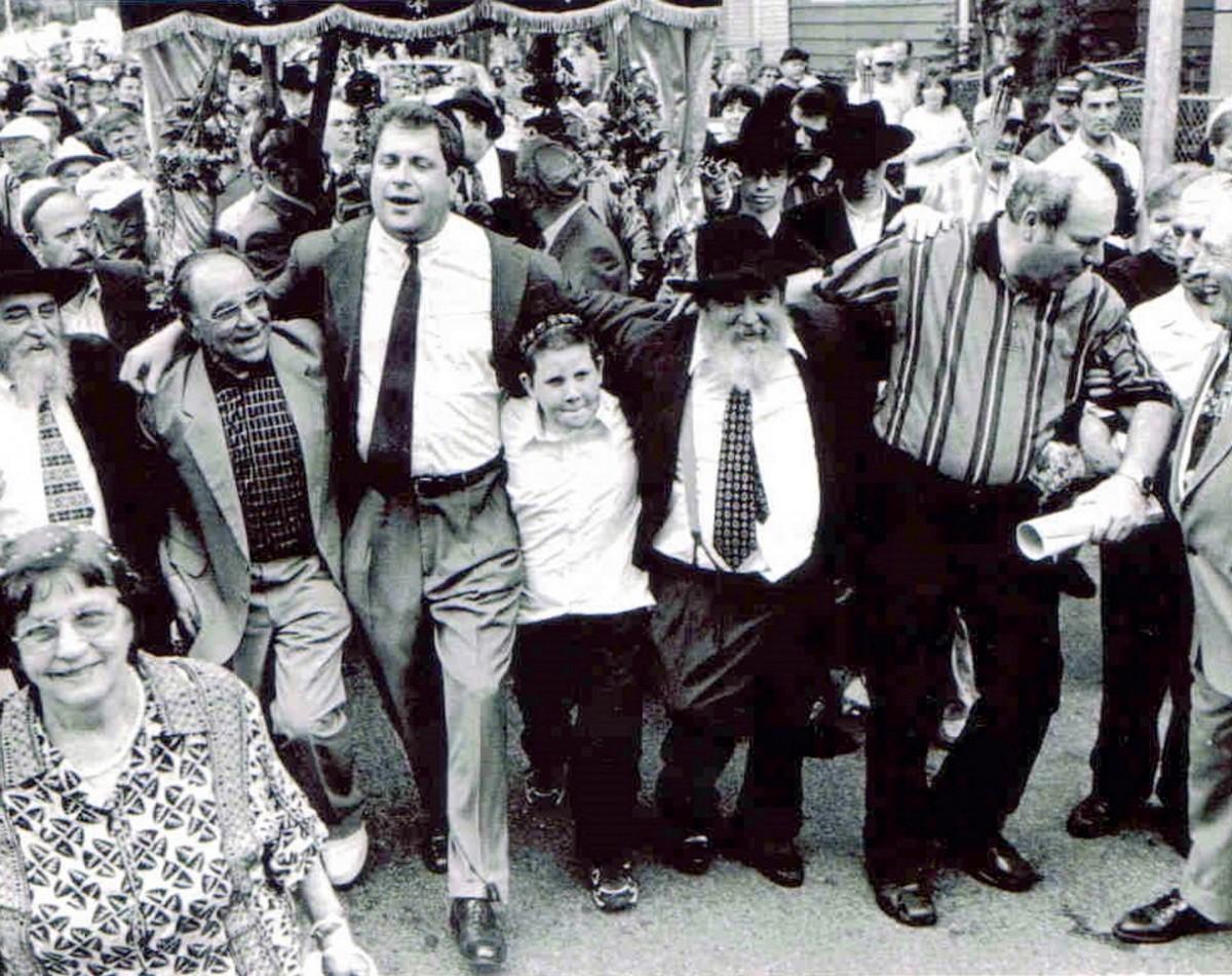 Веселится и ликует наш народ! Праздник в честь выноса свитка Торы, 2000 год.