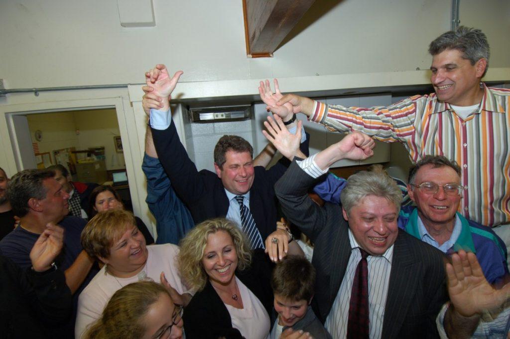 Победа! С семьей и друзьями: Домиником Реке (справа вверху) и Павлом Авербухом (справа внизу).