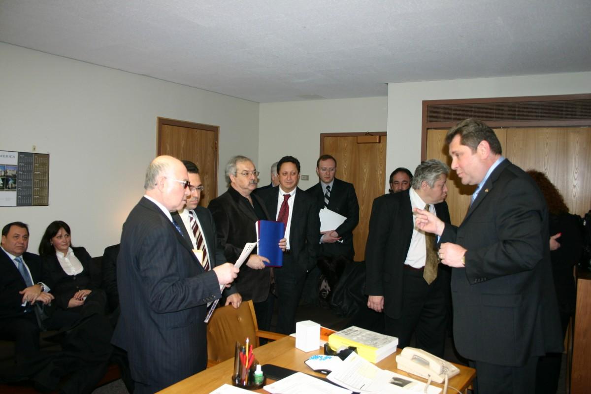 Лидеры русской общины в офисе Брука-Красного в Олбани.