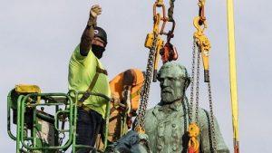 В городе Шарлотсвилл, штат Вирджиния, с постамента были сняты конные статуи Роберта Ли и «Стоунволла» Джексона, генералов Конфедерации южных штатов в годы Гражданской войны 1861-1865 годов. Фото: .bbc.com