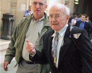 Робер Фориссон (справа) и Пьер Гийом в здании суда. Париж. 2000 Jack Guez / AFP