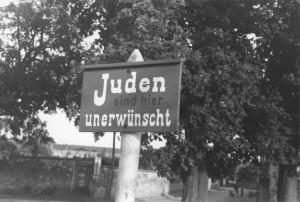 Антиеврейская уличная вывеска: «Евреи здесь нежелательны». Германия, 1937 год