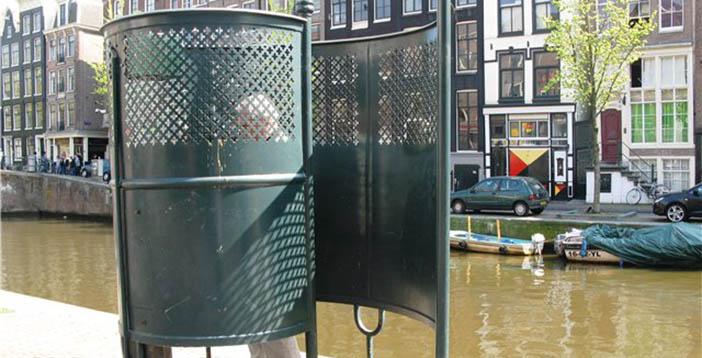 Уличный туалет в Амстердаме