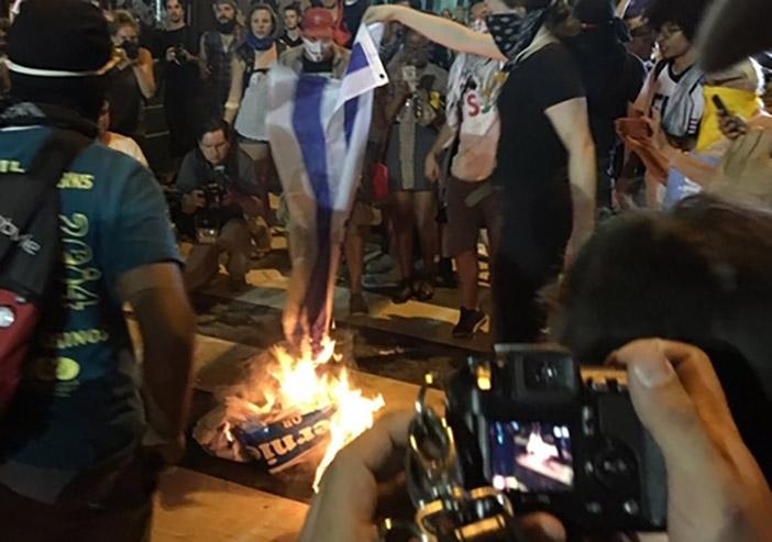 Недовольные утверждением Клинтон кандидатом в президенты, сторонники Сандерса сожгли флаг Израиля