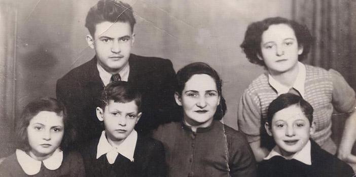 Семья Кенигсвайн. Сидят: Рахель, Арье, мать Регина, Стас. Стоят: Моше и Стефча