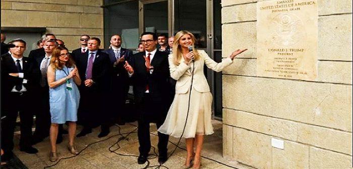 Открытие посольства США в Иерусалиме. Министр финансов С.Мнучин и советник президента Трампа - его дочь, Иванка у вывески посольства