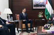 Встреча консультантов президента Джареда Кушнера (в центре) и Джейсона Гринблатта (слева) - советников президента США Дональда Трампа с главой ПНА Махмудом Аббасом (справа). Рамалла, 21 июня 2017 г.